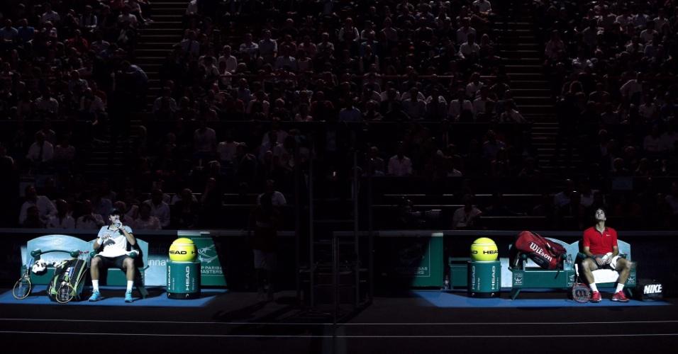 30.out.2014 - Roger Federer (d) e francês Lucas Pouille são fotografados durante intervalo de jogo no Masters de Paris. Federer venceu por 2 sets a 0 e avançou às quartas de final