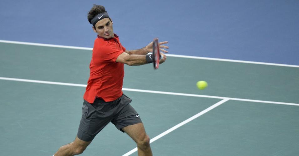 30.out.2014 - Suíço Roger Federer faz uma devolução em lance da vitória por 2 sets a 0 sobre Lucas Pouille no Masters de Paris