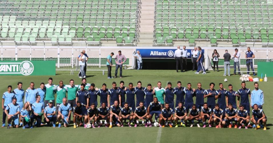 30.out.2014 - Time do Palmeiras faz sua primeira foto oficial em seu novo estádio