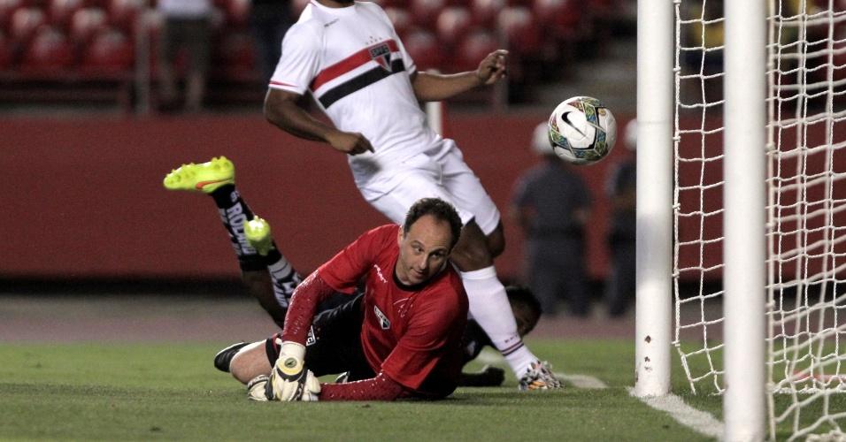 30.out.2014 - Rogério Ceni falha no chute de Miller Bolaños, do Emelec, e vê a bola entrar no gol