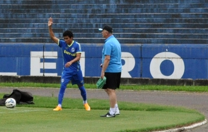 31 out 2014 - Breno é testado no time titular e recebe orientações de Felipão