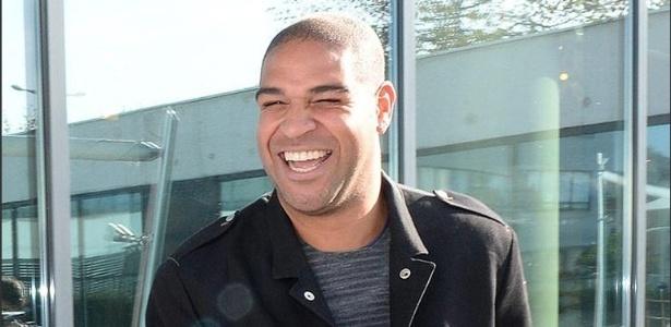 Adriano visita o Le Havre, time da segunda divisão francesa com o qual acertou contrato