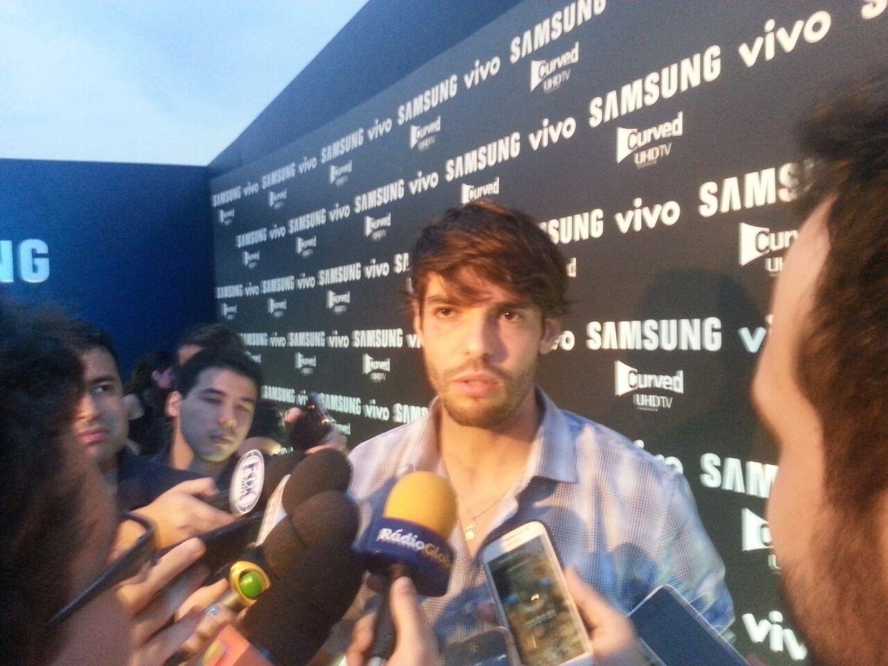 De olho inchado, Kaká conversa com jornalistas em evento da Samsung
