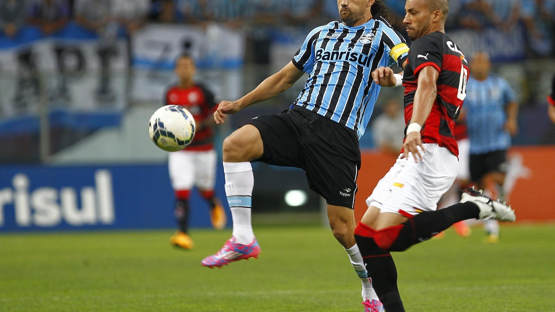 Barcos disputa bola com Kadu na partida entre Grêmio e Vitória pelo Brasileirão