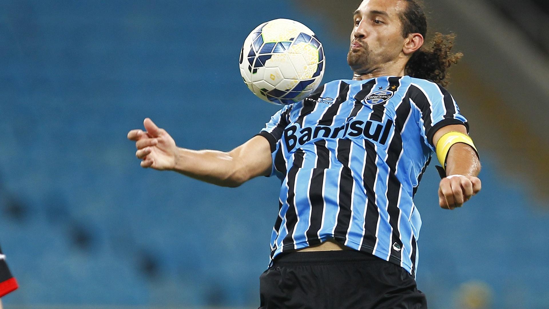 Barcos domina a bola na partida entre Grêmio e Vitória pelo Brasileirão