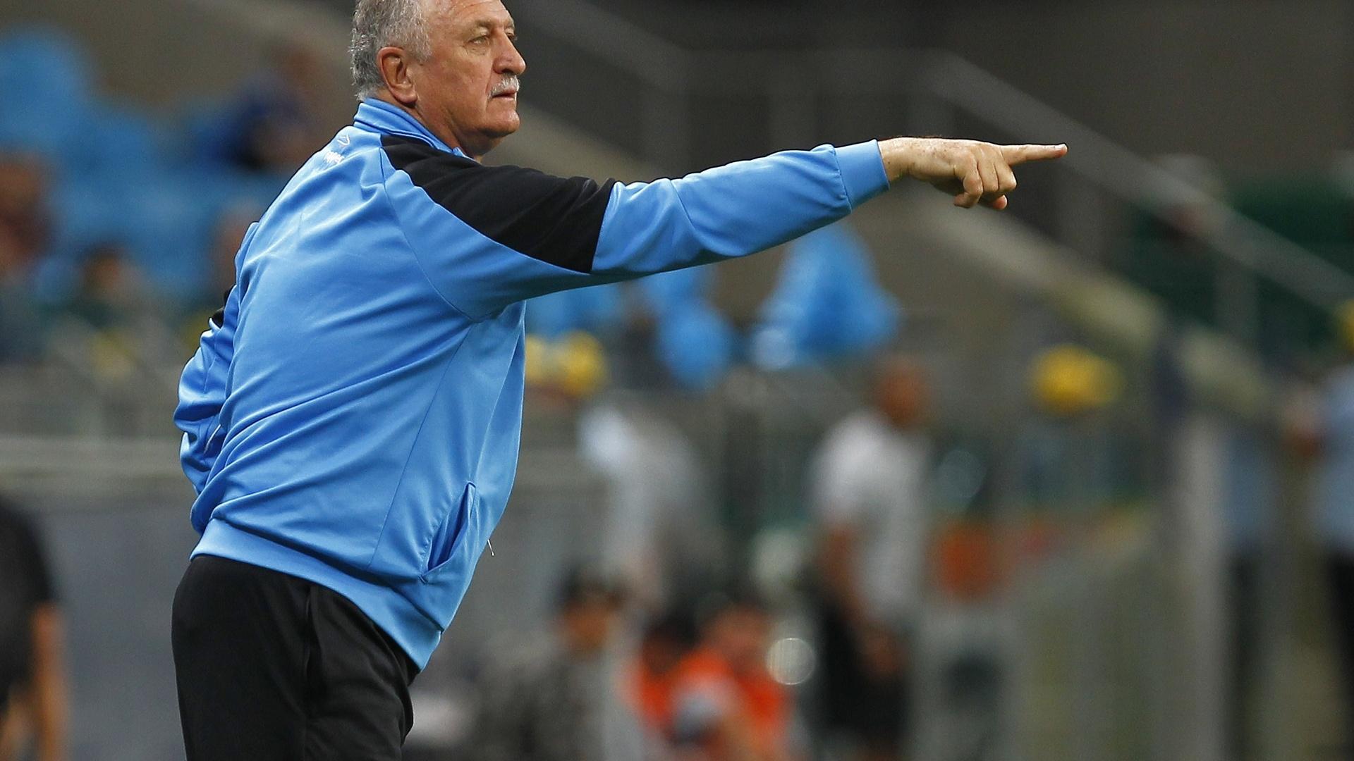 Felipão orienta os jogadores na partida entre Grêmio e Vitória pelo Brasileirão