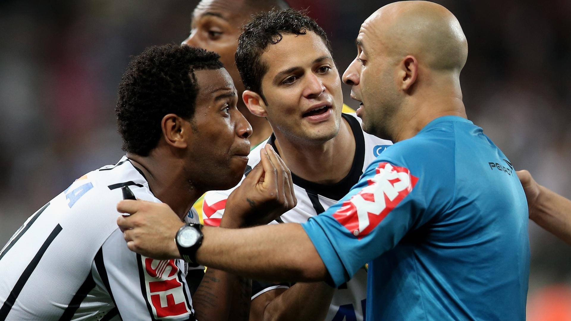 Jogadores do Corinthians reclamam com o juiz Jean Pierre no jogo contra o Coritiba