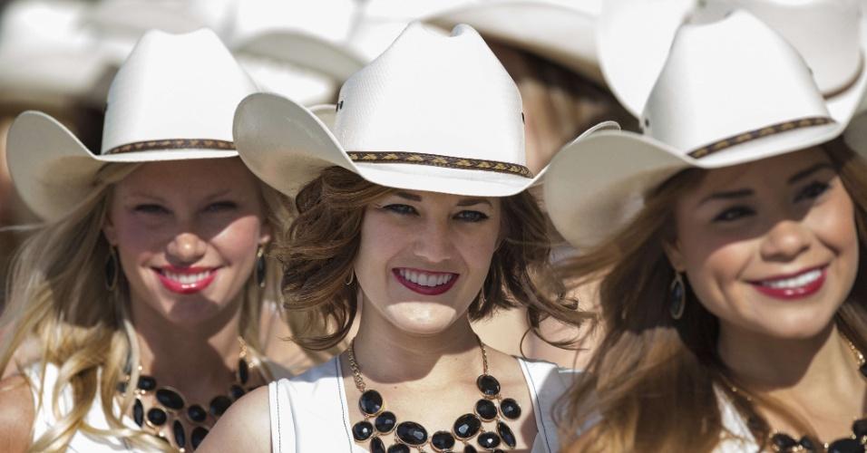 Cowgirls que promovem o GP dos EUA, no Texas, posam para fotos no circuito de Austin