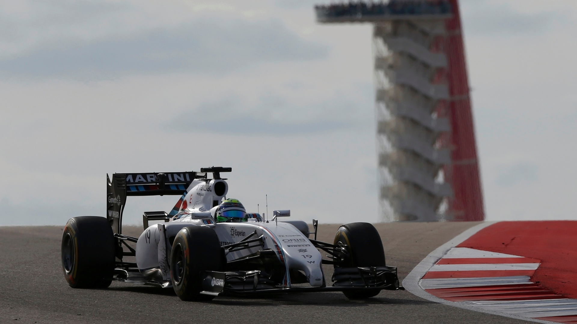 Felipe Massa, da Williams, guia com a torre do circuito de Austin ao fundo, no GP dos EUA