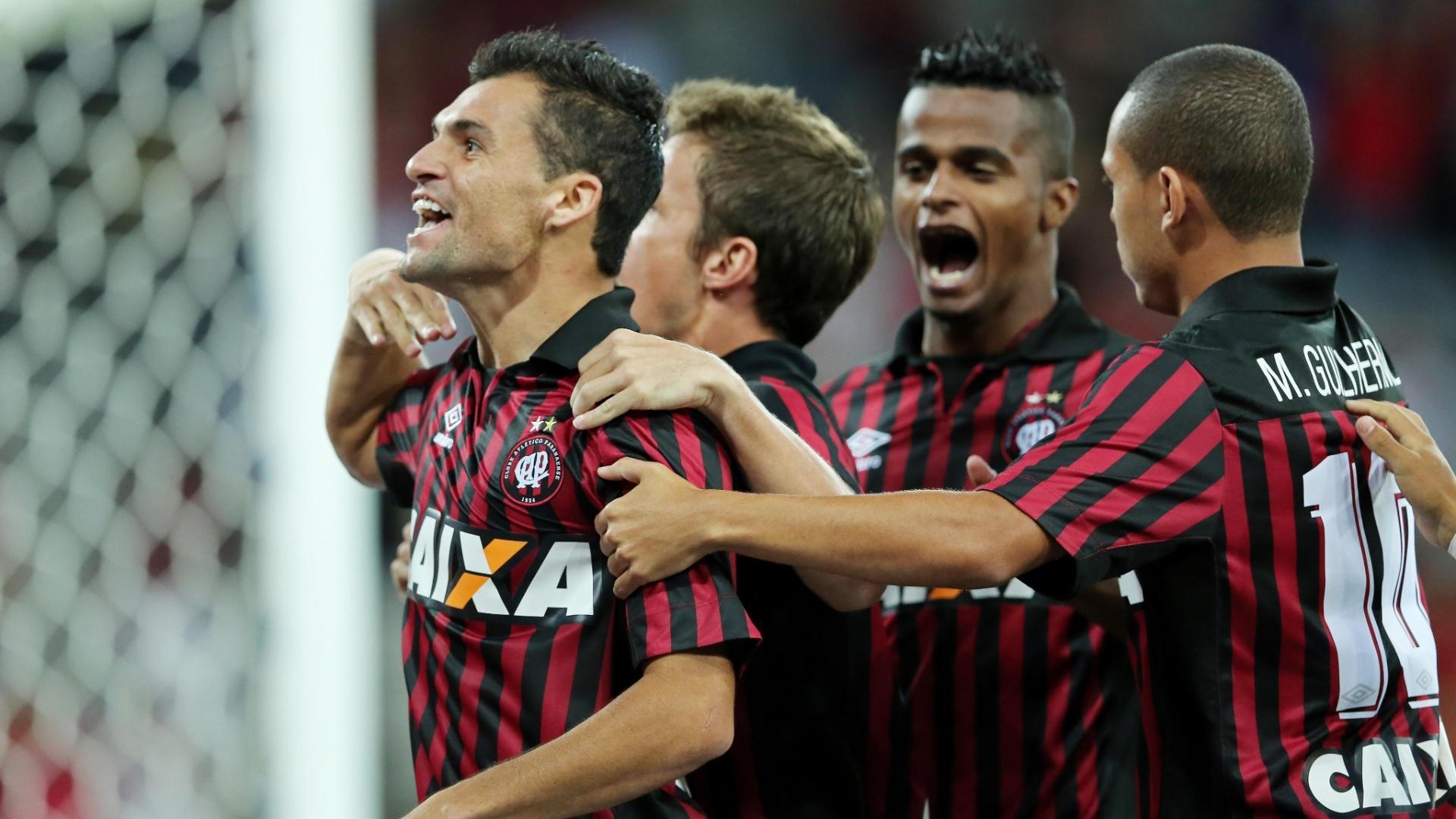 Jogadores do Atlético-PR comemoram gol contra o Atlético-MG pelo Campeonato Brasileiro
