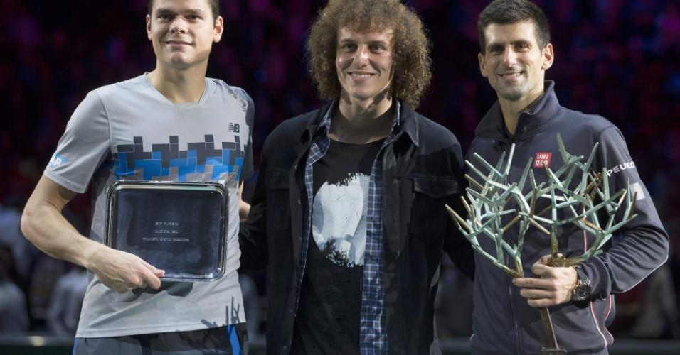 Novak Djokovic (campeão) e Milos Raonic (vice-campeão) recebem seus respectivos troféus das mãos do zagueiro David Luiz após a final do Masters 1000 de Paris 2014