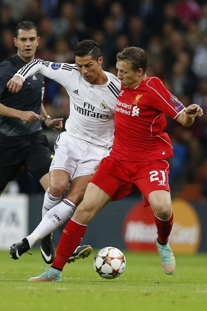 Cristiano Ronaldo disputa bola com volante brasileiro Lucas pela Liga dos Campeões