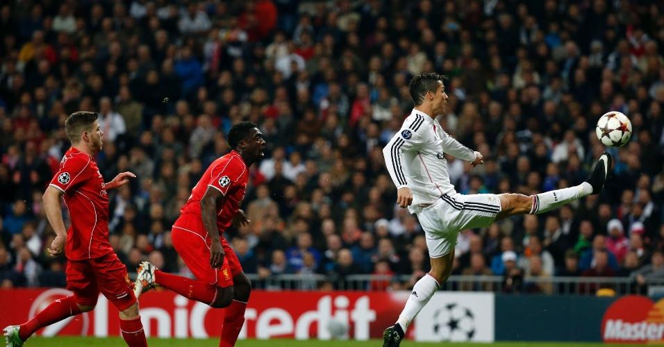 Cristiano Ronaldo domina a bola observado por dois jogadores do Liverpool