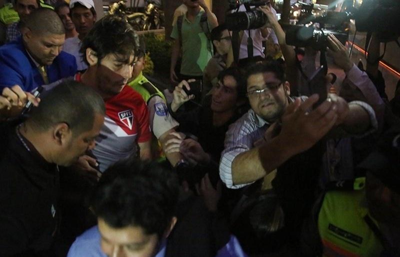 Kaká tenta passar pelo fãs na porta do hotel do SP no Equador