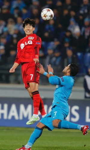 Son Heung-Min (vermelho), do Bayer Leverkusen, tenta cabecear marcado por Hulk, do Zenit