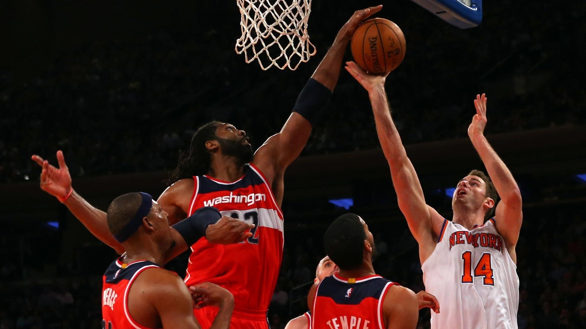 04.nov.2014 - Brasileiro Nenê bloqueia o arremesso de Jason Smith na partida entre Washington Wizards e New York Knicks