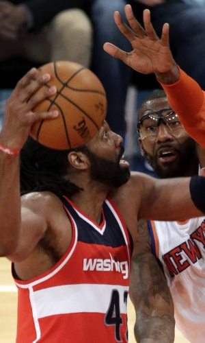 04.nov.2014 - Brasileiro Nenê é marcado por Amare Stoudemire na partida entre Washington Wizards e New York Knicks