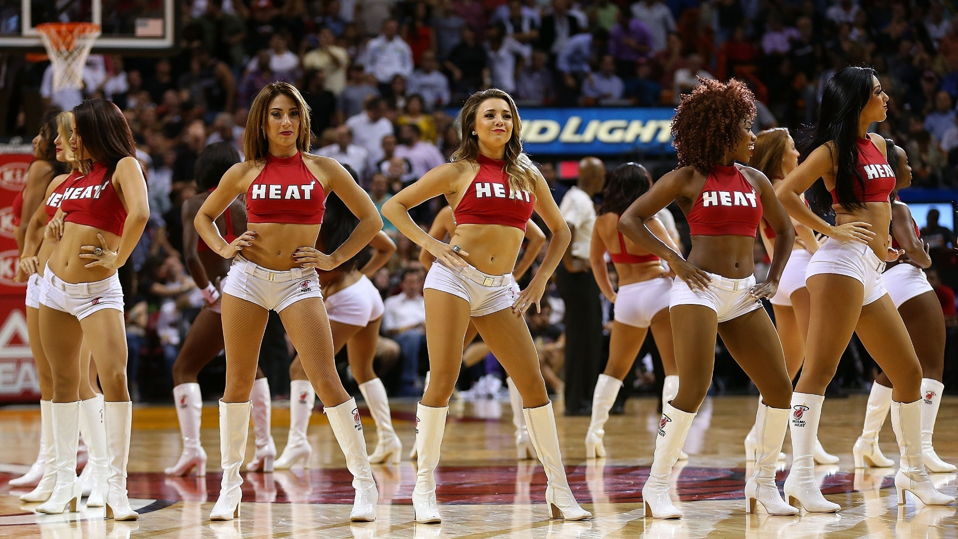 04.nov.2014 - Cheerleaders do Miami Heat fazem apresentação na partida contra o Houston Rockets