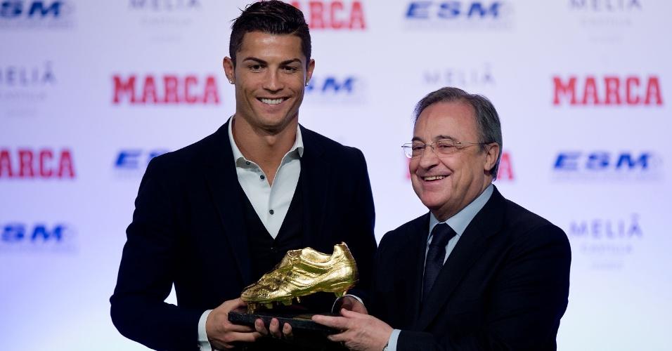 05.nov.2014 - Cristiano Ronaldo recebe a Chuteira de Ouro das mãos do presidente do Real Madrid, Florentino Perez