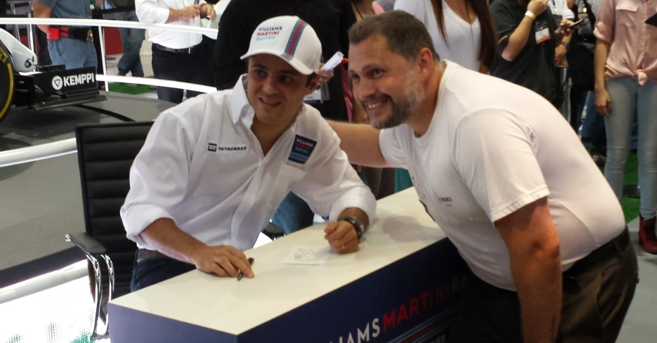 5.11.2014 - Felipe Massa tira foto com fã durante evento da Williams antes do GP do Brasil
