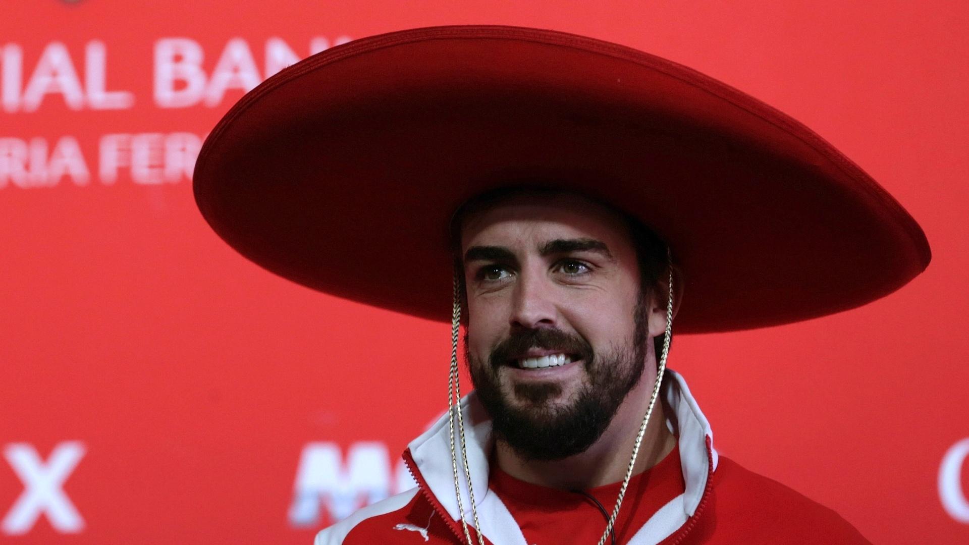 5.11.2014 - No México, Fernando Alonso participa de evento promocional antes do GP do Brasil e veste um tradicional chapéu do país