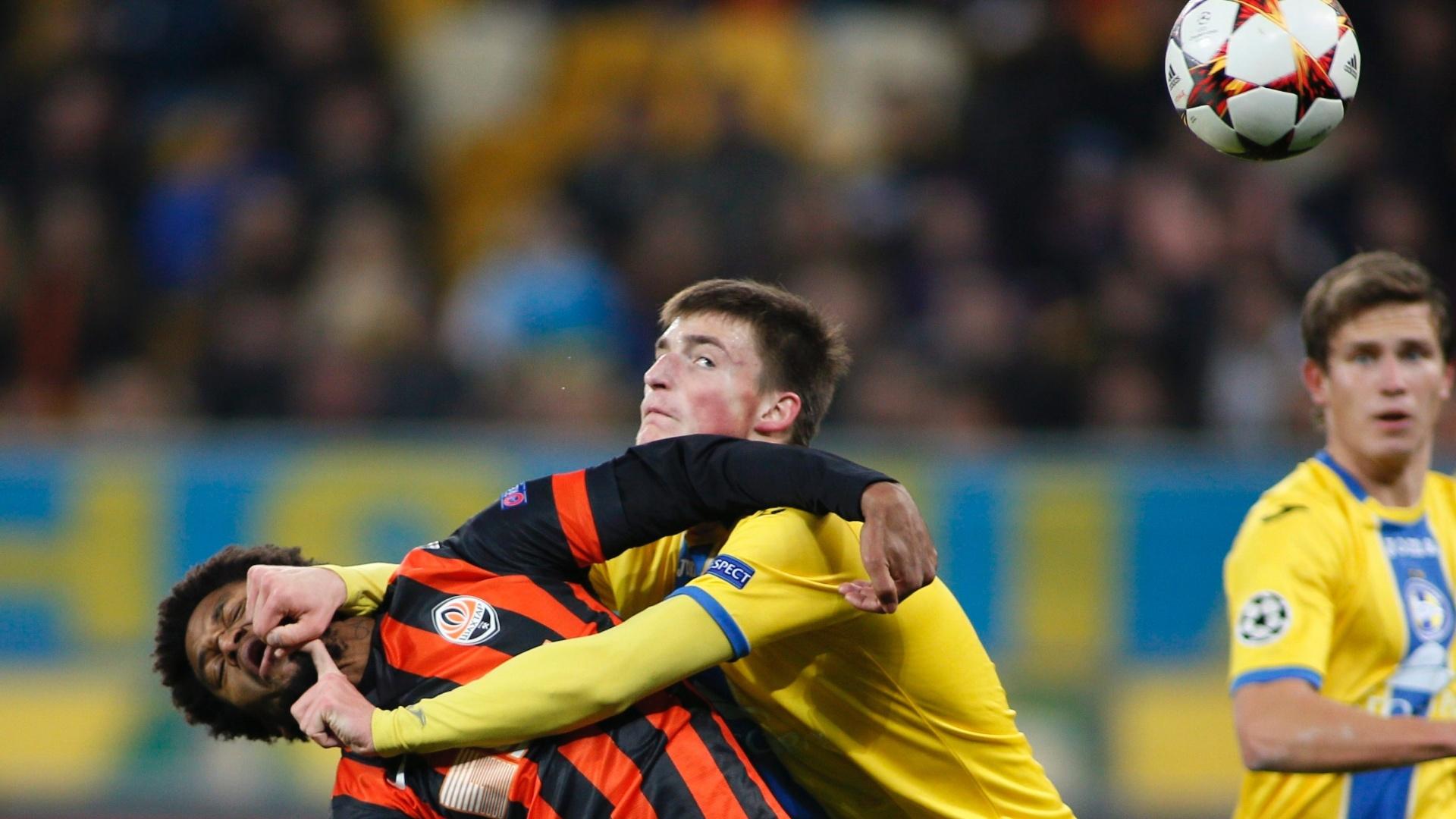 Luiz Adriano leva um soco de Evgeni Yablonski durante o jogo do Shakhtar Donetsk contra o Bate Borisov