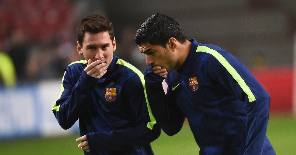 Messi conversa com Suárez antes do jogo do Barcelona pela Liga dos Campeões