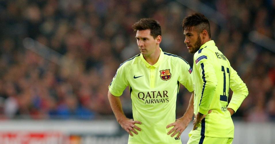 Messi e Neymar se preparam para cobrança de falta em jogo do Barcelona