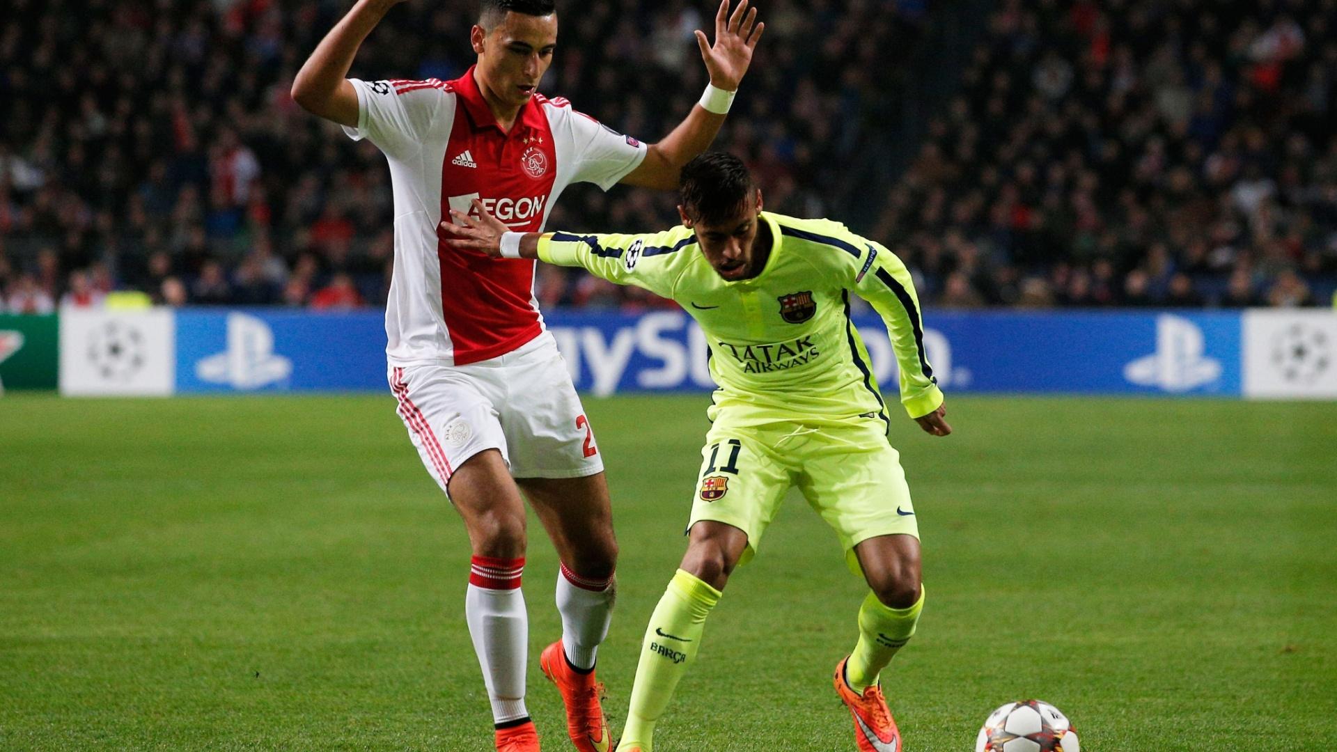 Neymar, do Barcelona, protege a bola de Anwar El Ghazi, do Ajax, em jogo da Liga dos Campeões