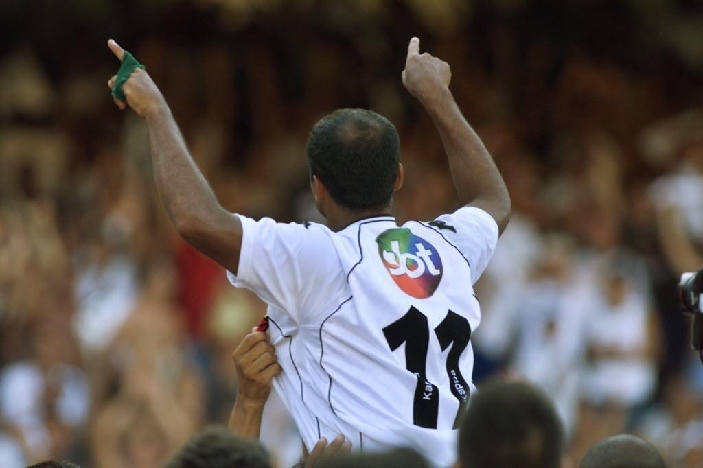 Romário comemora título da Copa João Havelange, em 2000
