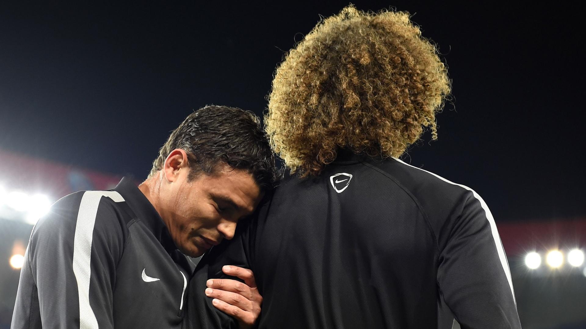 Thiago Silva abraça David Luiz antes do jogo do PSG pela Liga dos Campeões