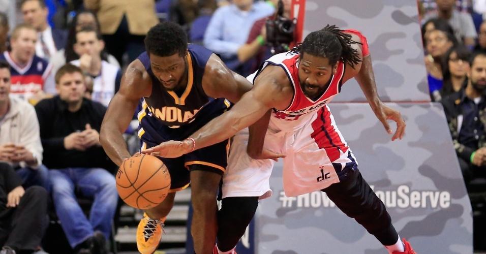 05.nov.2014 - Brasileiro Nenê Hilário briga pela bola com Solomon Hill na vitória do Washington Wizards sobre o Indiana Pacers