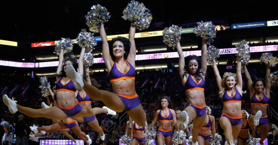 05.nov.2014 - Cheerleaders do Phoenix Suns fazem apresentação na partida contra o Memphis Grizzlies