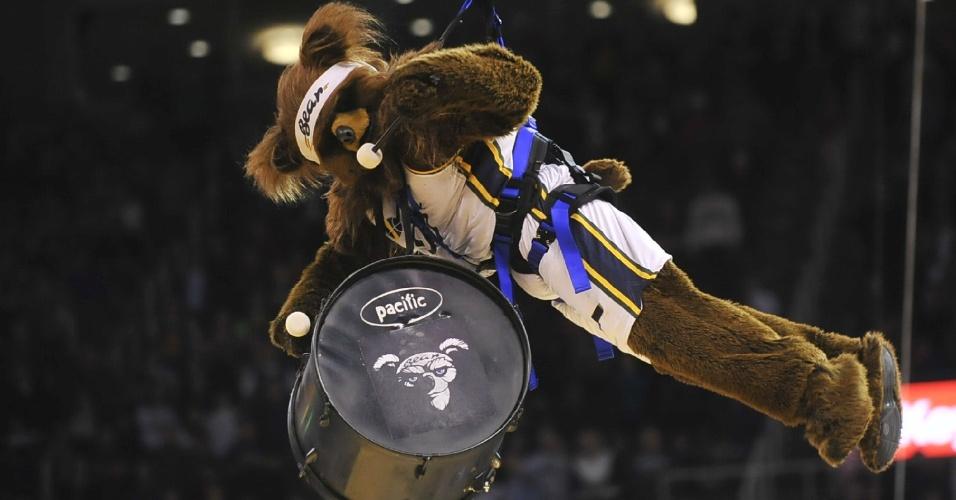 05.nov.2014 - Mascote do Utah Jazz faz apresentação em jogo contra o Cleveland Cavaliers