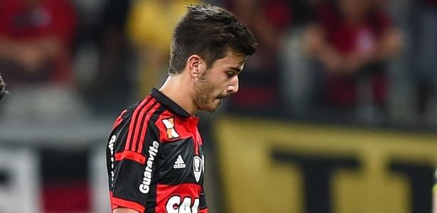 Mattheus deixa o gramado do Mineirão após eliminação do Fla na Copa do Brasil