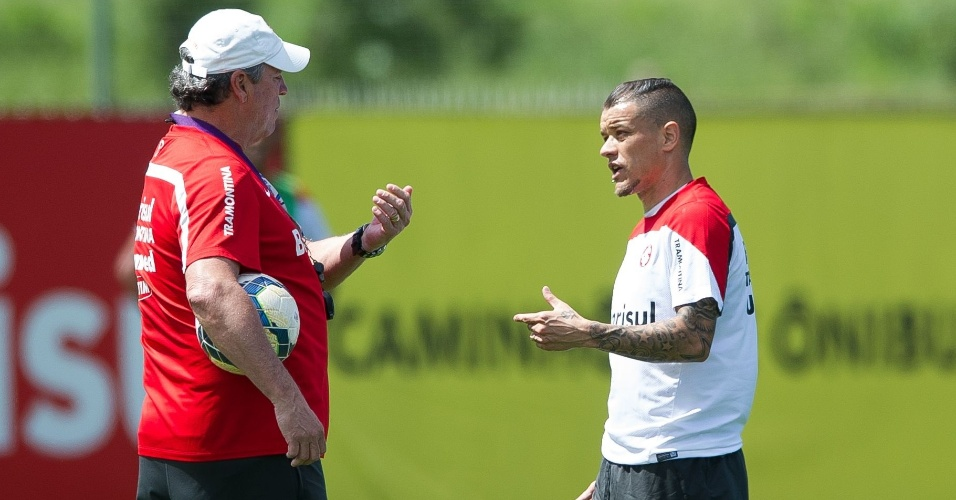 D'Alessandro conversa com Abel Braga durante treino tático do Internacional