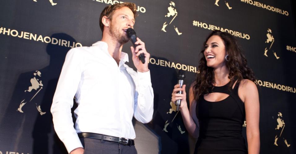 O piloto da Fórmula 1 Jenson Button e a atriz Debora Nascimento se divertem em evento em São Paulo