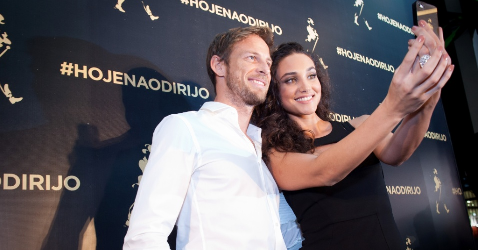 O piloto de Fórmula 1 Jenson Button e a atriz Debora Nascimento participam de evento em São Paulo
