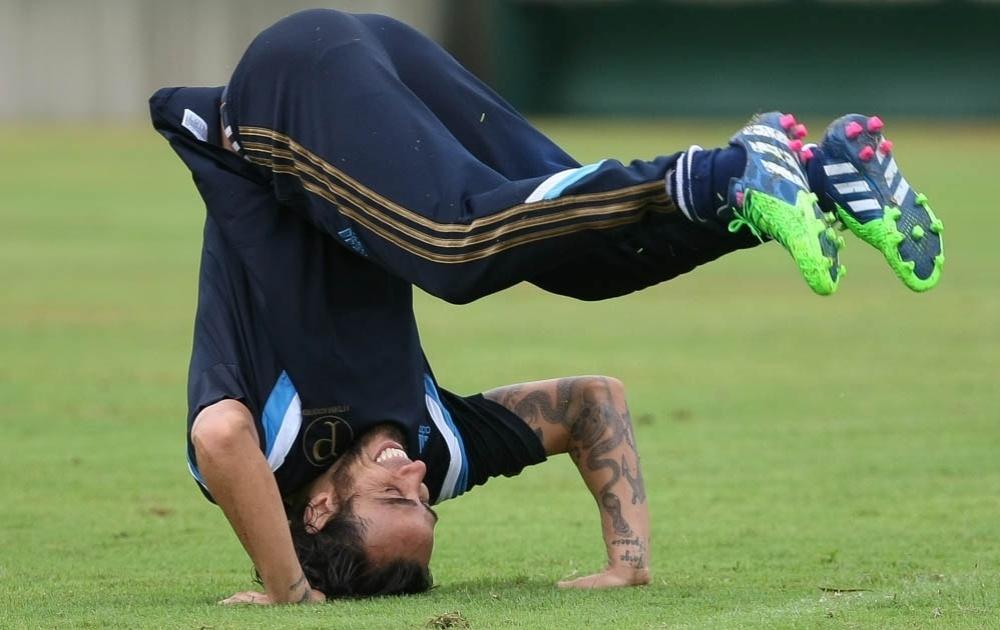 Valdivia dá cambalhota para comemorar gol durante treino no Palmeiras