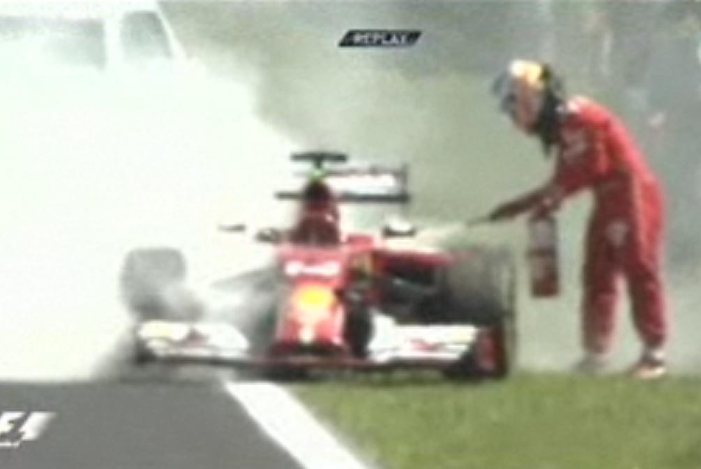 Alonso apaga o fogo da sua Ferrari com o extintor