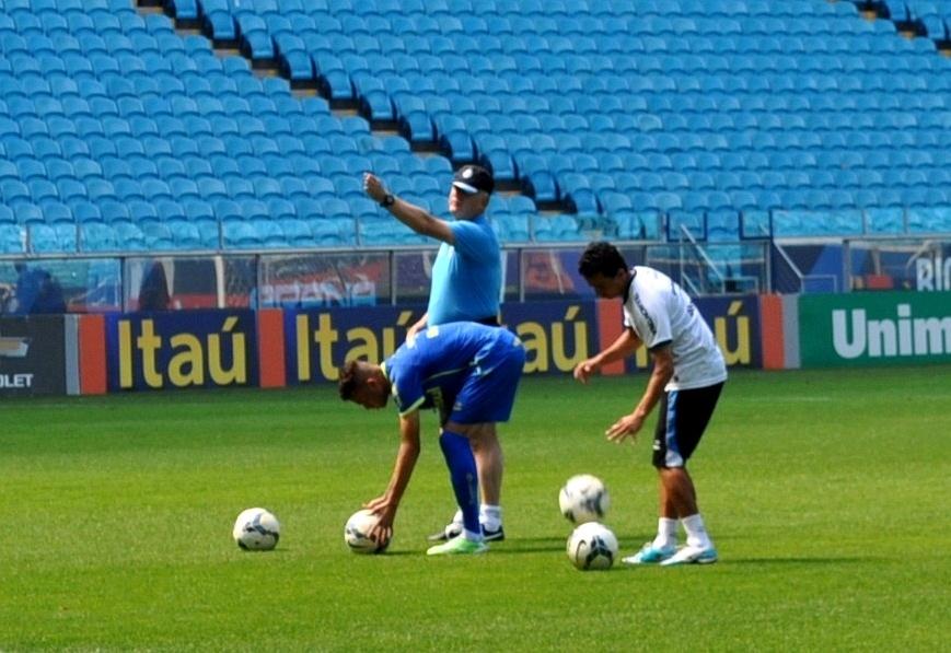 08 nov 2014 - Felipão orienta cobranças de falta de Luan em treinamento do Grêmio