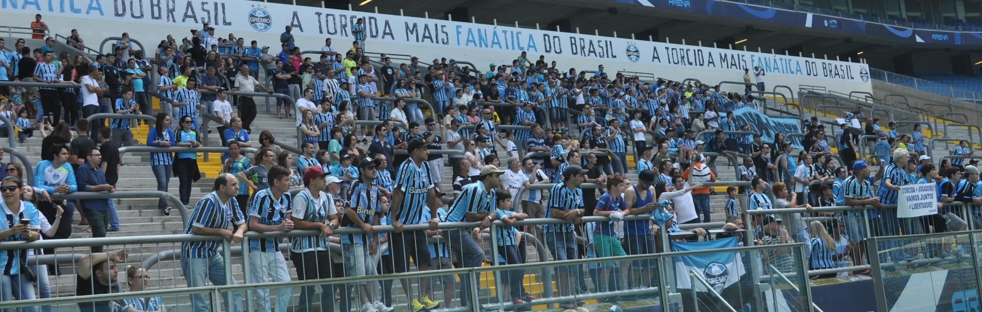 08 nov 2014 - Torcida do Grêmio na arquibancada acompanhando treinamento