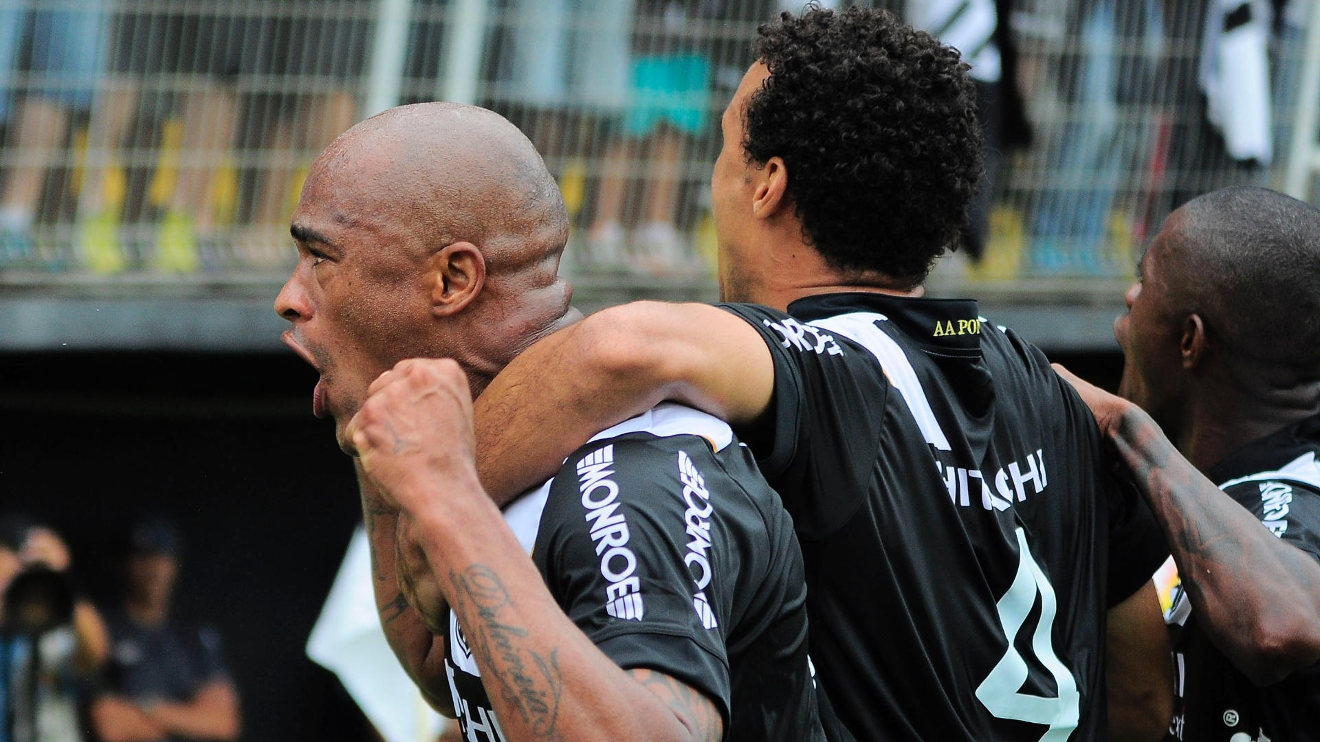 Alexandro comemora primeiro gol da Ponte Preta na partida contra o Bragantino