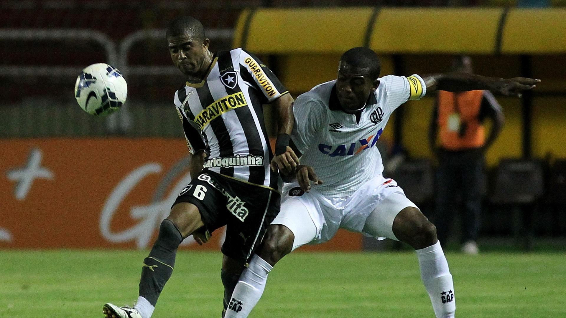 Expulso no jogo desse sábado, Júnior César em dividida com o capitão do Atlético-PR, Marcelo