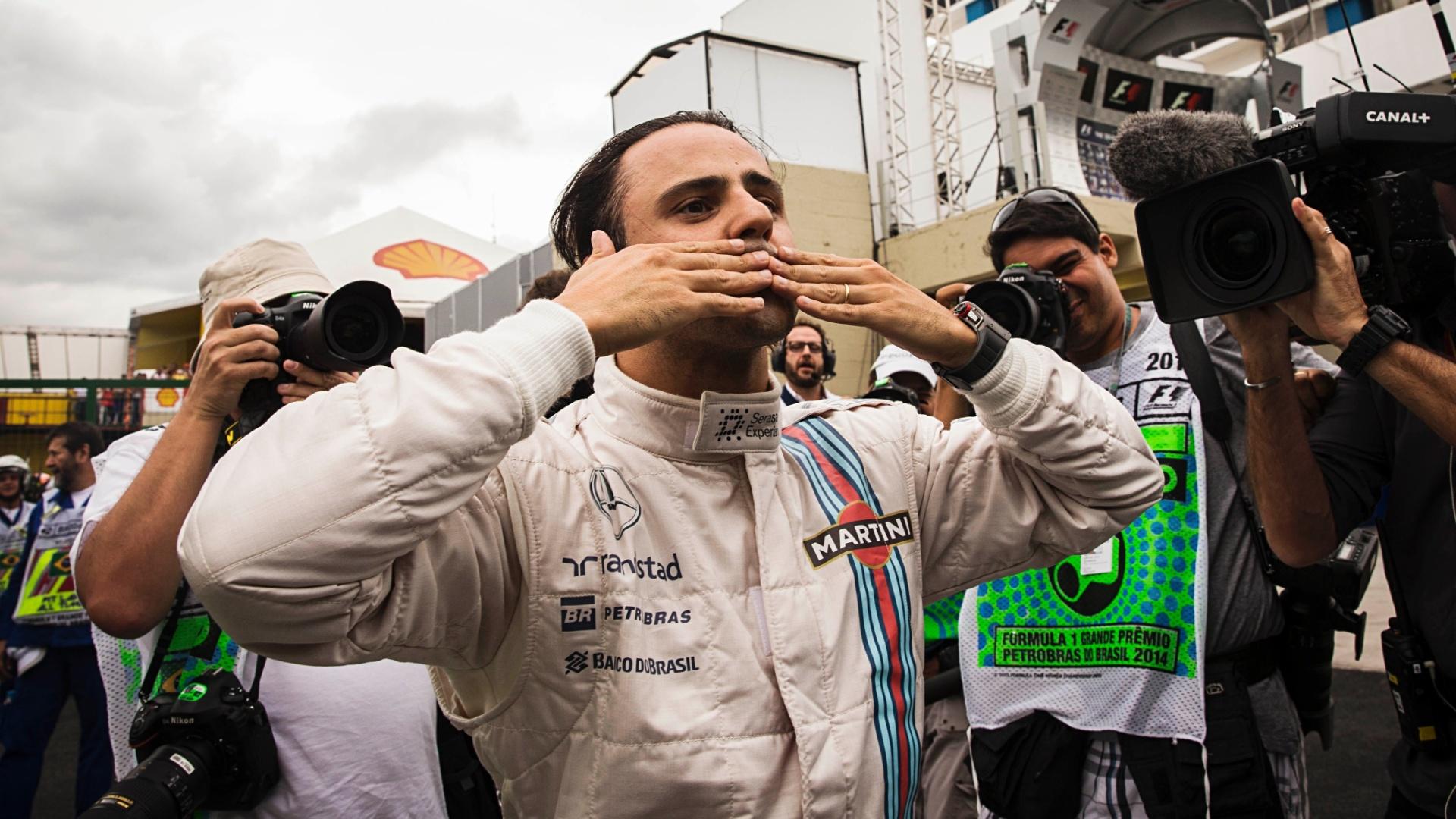 Felipe Massa manda beijos para o público de Interlagos depois do treino de classificação neste sábado, no qual teve bom desempenho e garantiu o terceiro lugar no grid de largada