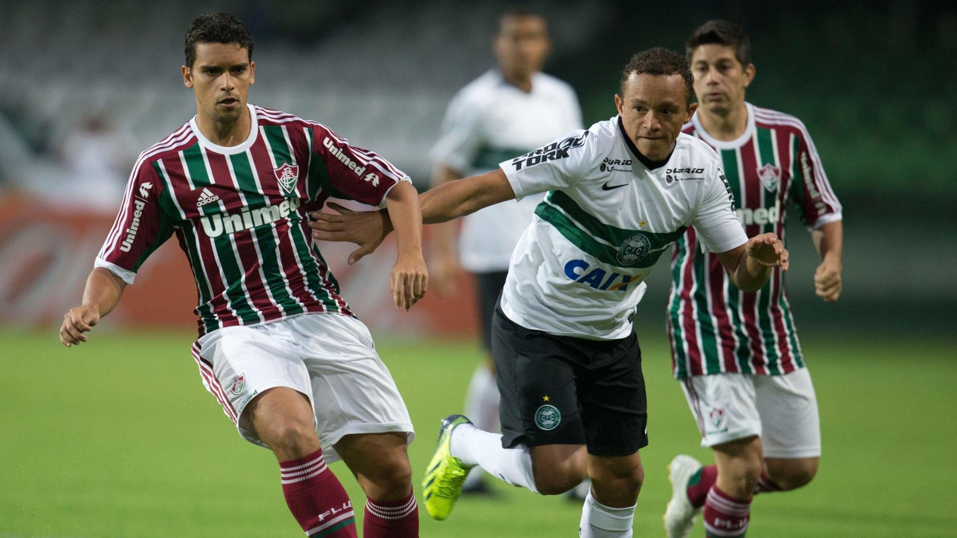 Jean, do Fluminense, disputa bola com Carlinhos, do Coritiba, em partida entre as equipes pelo Campeonato Brasileiro