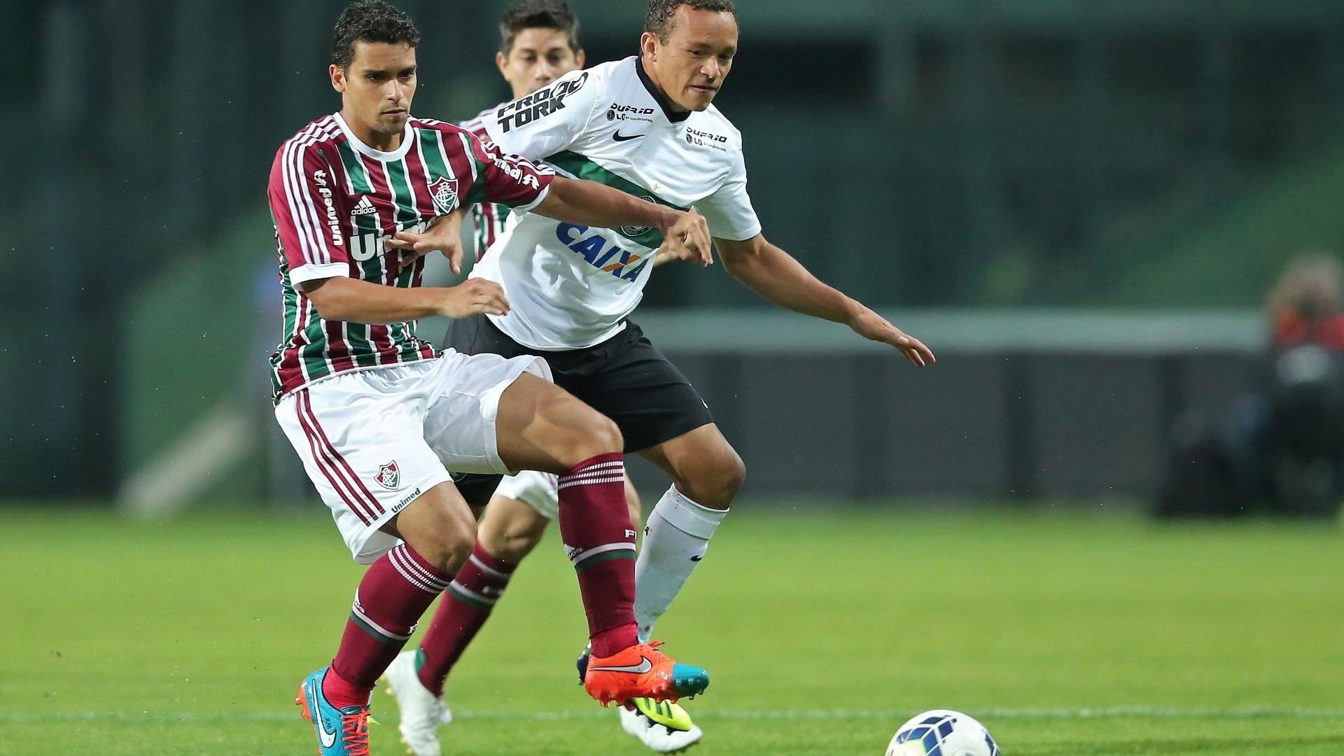 Jean, do Fluminense, e Carlinho, do Coritiba, disputam bola em jogo no Couto Pereira