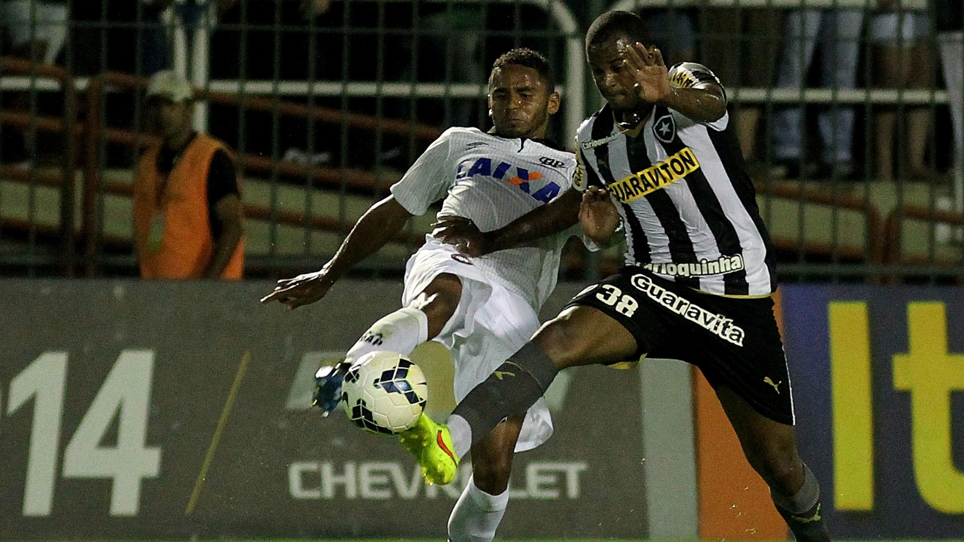 Volante Airton, do Botafogo, disputa bola com jogador do Atlético-PR