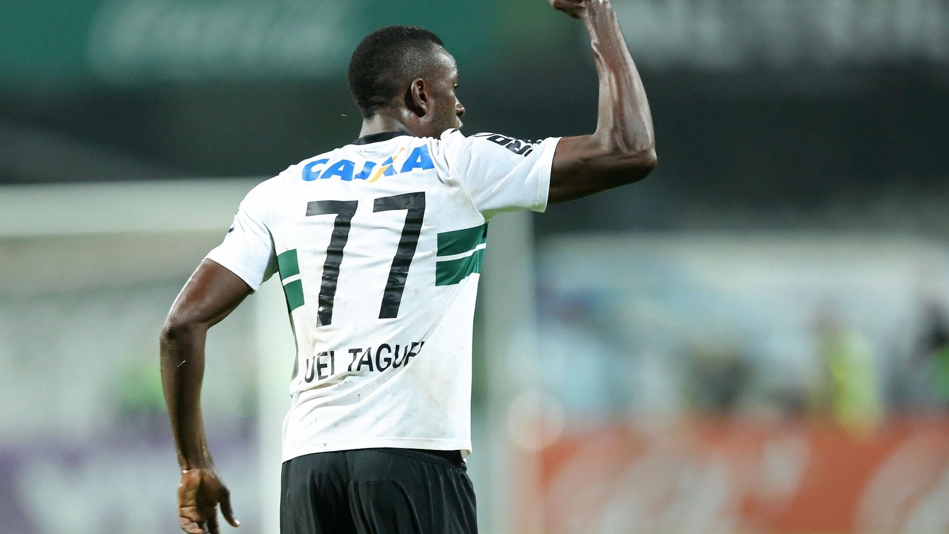 Joel comemora após abrir o placar para o Coritiba contra o Fluminense