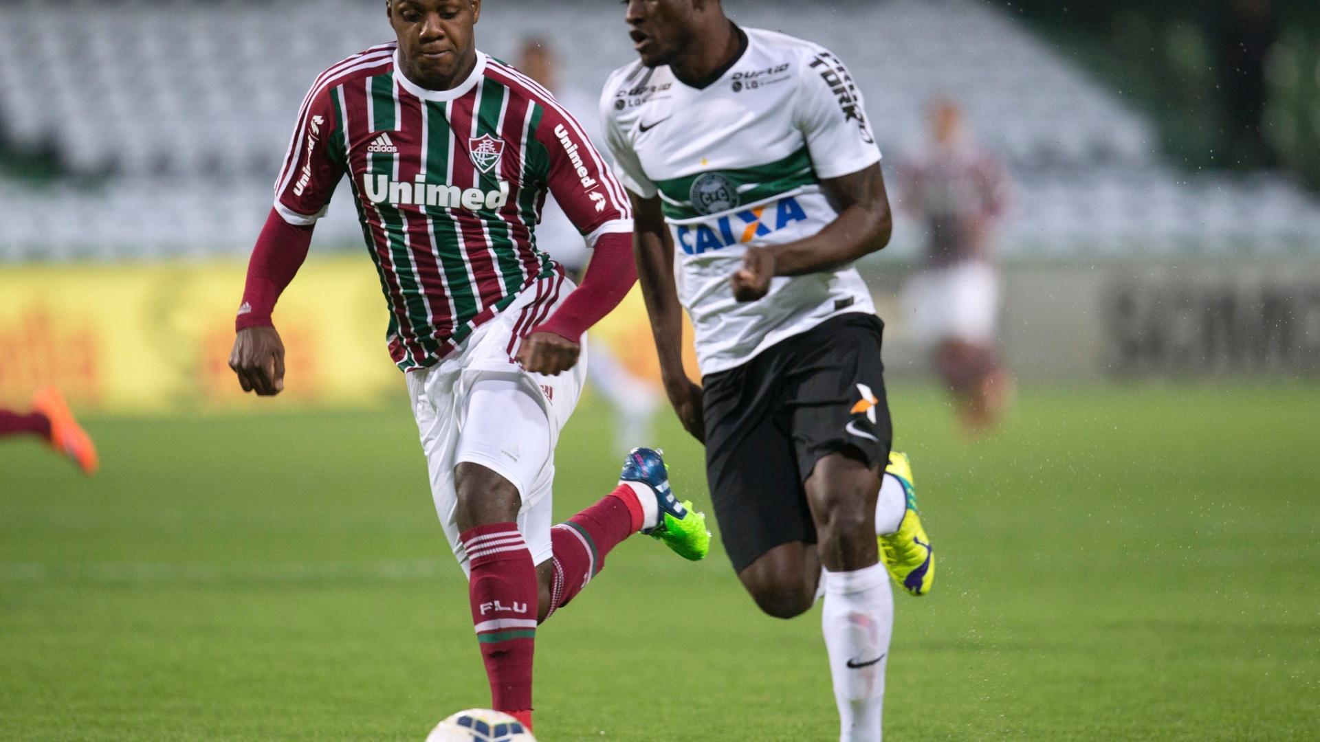 Joel, do Coritiba, tenta arrancar com a bola contra a marcação de Elivélton, do Fluminense